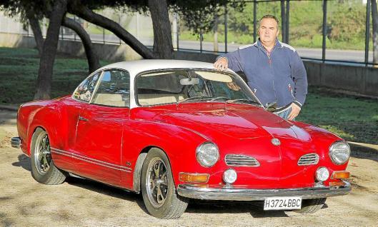 J. Miguel Gíménez | Palma | 03/12/2014<br /> Jesús Carrillo junto a su coche Karmann Ghia de 1973 de 1600 cc.<br />  20-11-2014 | Morey